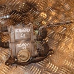Деталь двигателя с шлангами